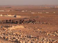 """Das Team des """"Stunde Null""""-Projekts, das mit jordanischen Studenten durchgeführt wird, auf der Suche nach weiteren Inschriftenfragmenten"""