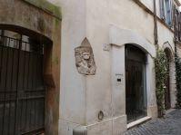 Das liebe ich in Rom: man geht einfach nur durch die Straßen, und plötzlich ist da die Ecke eines Sarkophags...