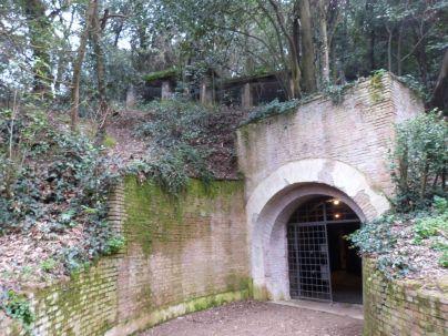 Einfahrt in den Bunker, darüber das Dach