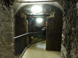 Durchgang durch die mittelalterlichen Keller