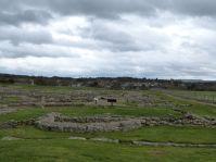 Blick über die Ausgrabungsstätte, im Hintergrund der moderne Ort