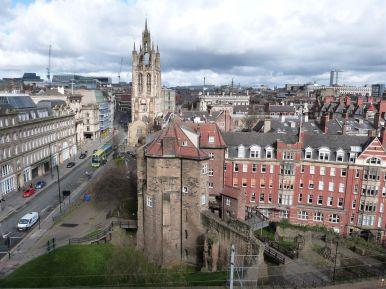 Blick auf die Kathedrale und das Torgebäude der Burg vom Dach des Burgfrieds