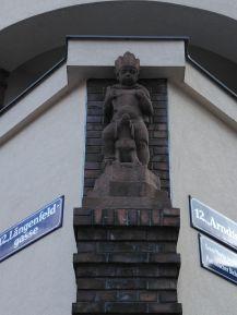 Verspielt: der Skulpturenschmuck des Lorenzhofes, der mit seinen vielen Ziegelelementen etwas Hanseatisches hat
