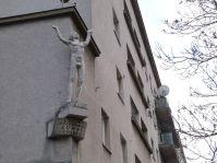 """Die programmatische Plastik """"Der Lichtbringer"""" von Mario Petrucci am Franz-Domes-Hof wurde jedoch erst 1952 angebracht"""