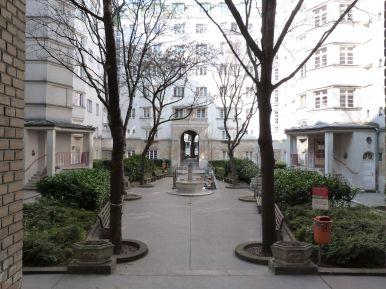 Nebenhof des Reumannhofs - man beachte die feudalen Blumentöpfe