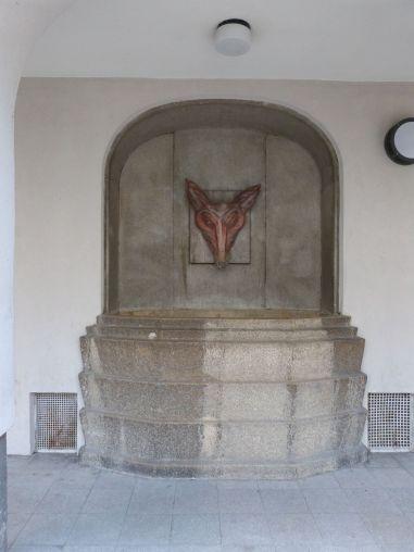 Brunnen im zentralen Hof des Fuchsenfeldhofs