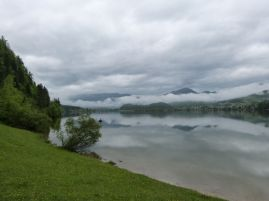 Morgens: wolkenverhangener Hallstätter See wie im Bilderbuch