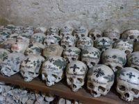 Kunstvoll bemalte Schädel im Beinhaus