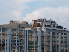 Blick auf die Akropolis und ein leerstehendes Bürogebäude von der Terrasse des EMST