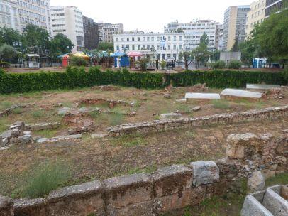 Antike + documenta: der Kotzia-Platz, im Vordergrund die antike Nekropole, im Hintergrund die Zelte für die tägliche Performance von Rasheed Araeen, die wir leider nicht miterlebt haben: täglich wird dort ein Mittagessen an alle, die rechtzeitig da sind, ausgegeben