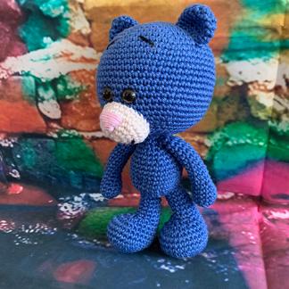 Handgefertigter blauer Häkelbär