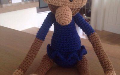Hæklet Kay Bojesen abe i blå kjole