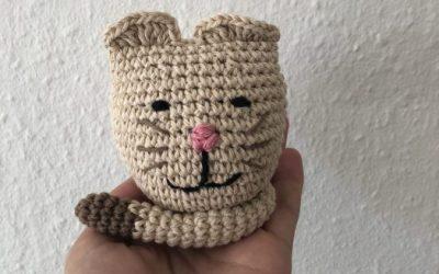 Hæklet kat til sangkuffert