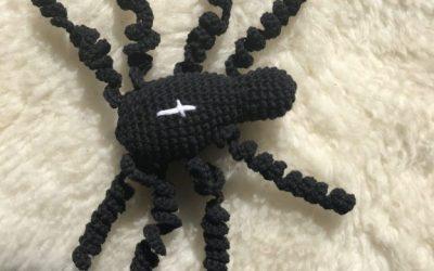 Hæklet edderkop til sangkuffert