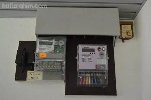 Meter solar PV (kiri) & meter biasa (kanan)