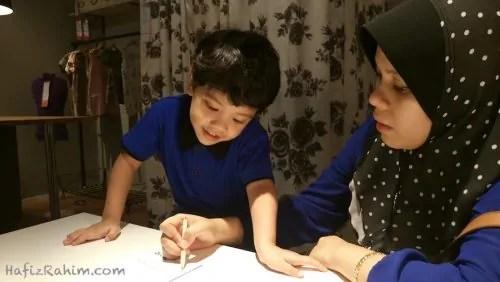 Gambar hiasan - Khair belajar menulis dengan ibu