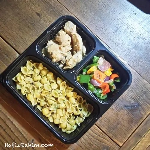 Shell Pasta With Black Olives, Peanut Butter Chicken & Tricolor Capsicum