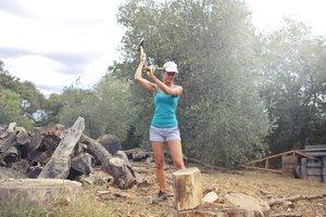 Kvinna hugger ved.