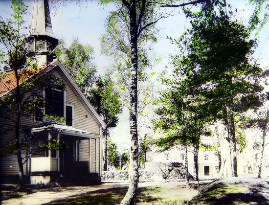 Stiliserat foto över en björk och kapellet utifrån.