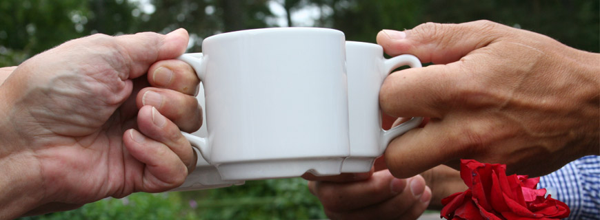Porslinsmuggar möts som i en utbringad skål.