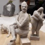 Skulpturer av människor på ett bord.