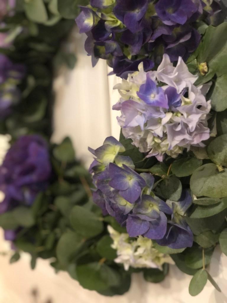 Nærbilde av kransen med hortensia i blånyanser.
