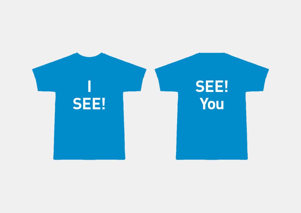 """Merchandising-Artikel mit Marke und Wortspiel. T-shirt vorne: """"I see"""" = ich sehe, ich verstehe. T-shirt hinten: """"See you"""" = Wir sehen uns! Auf Wiedersehen!"""