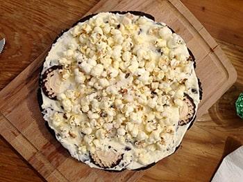 Aufsicht eines runden Kuchen aus Schokoküssen und mit Popkorn oben drauf.