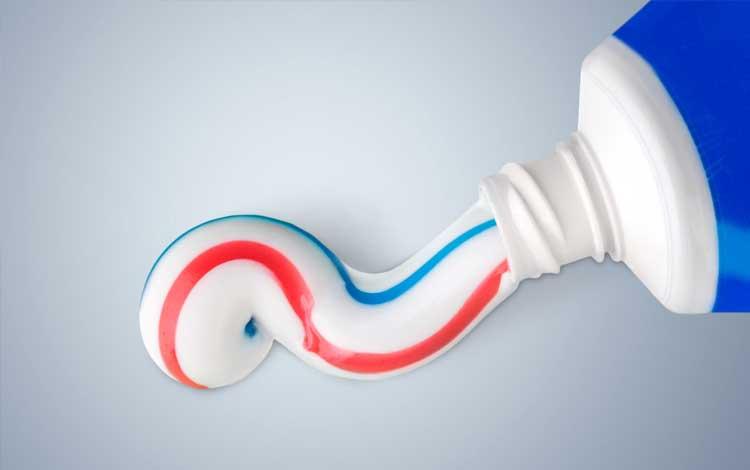Memerahkan bibir dengan pasta gigi atau odol