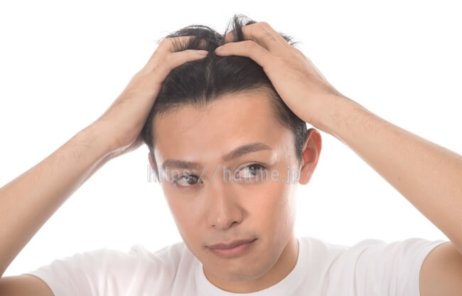 頭皮マッサージをする男性
