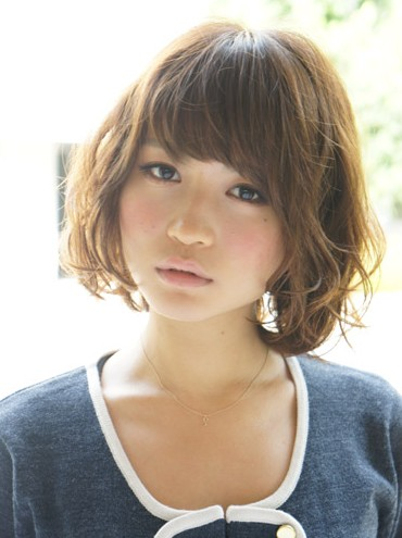 Short Wavy Japanese Hairstyle with bangs