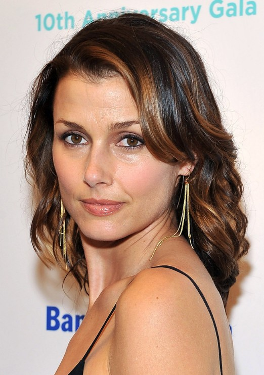 Shoulder Length Wavy Hairstyle with Highlights
