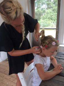 9c9d4663 8421 4a3a a7ed 94742c0f18a4 225x300 - Moeder en dochter hairstyling