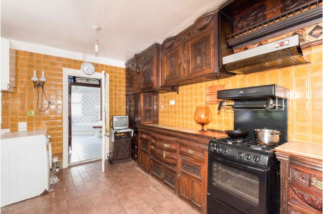 98b9e938 293a 4f20 8cab c1847270b934 - £800k four-bed in London looks like normal terrace... but has incredible private pub hidden inside