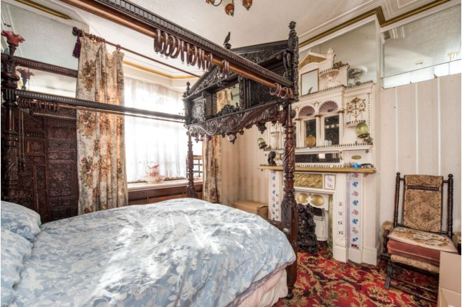999c276a f57e 49ea 91cd abdb98d3c881 - £800k four-bed in London looks like normal terrace... but has incredible private pub hidden inside