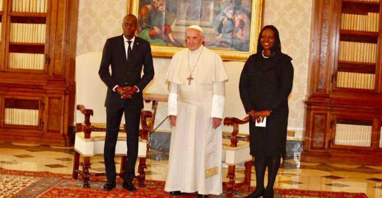 de g. à d Jovenel Moise Pape François Ier et Martine Moise. Photo Facebook Président Jovenel Moise