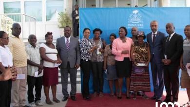 200 victimes du marché en Fer ont reçu un chèque du gouvernement. Photo LoopHaïti Estailove St Va