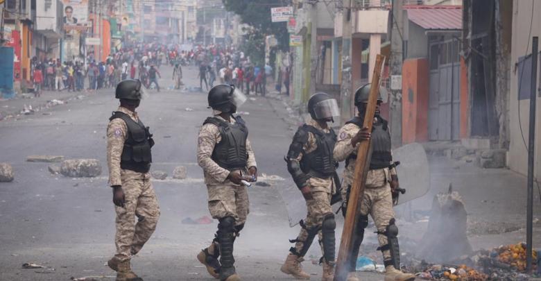 Des policiers lors d'une manifestation pour exiger la démission de Jovenel Moïse Photo Steven Aristil Loop Haiti