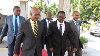 A gauche le Premier ministre a.i Jean Michel Lapin accompagné des membres de son cabinet