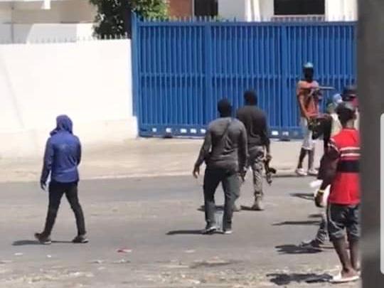Capture décran pris à partir de la vidéo montrant des hommes armés sur lautoroute de Delmas à Delmas 16.