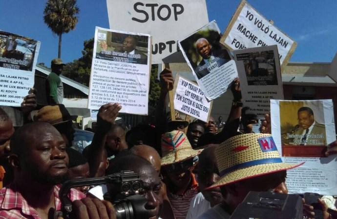 Marche contre la Corruption, des politiciens récupèrent le mouvement