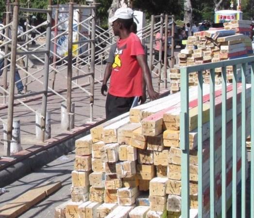 Exclue de l'organisation de la fête du drapeau, le maire  l'Arcahaie bloque la construction du stand présidentiel