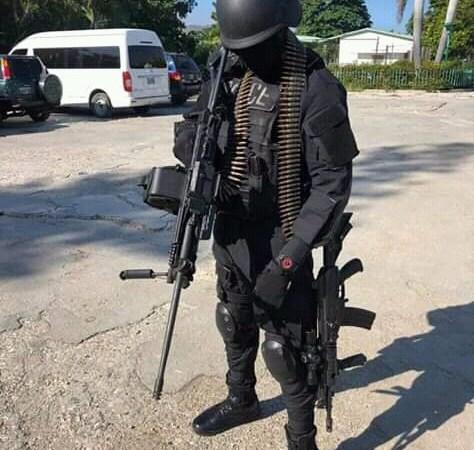 Des uniformes de police et des armes à feu remarqués pour la première fois par Michel-Ange Gédéon