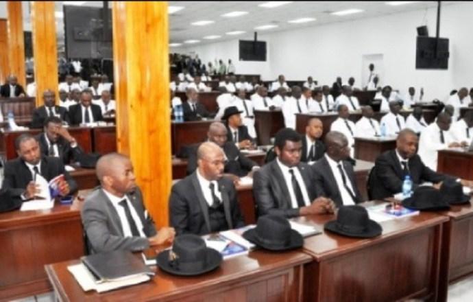 Sénateurs et députés perçoivent de grosses sommes pour des bureaux fictifs