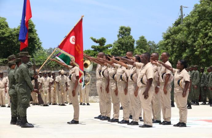 Des membres des forces armées d'Haïti reçoivent leur diplôme