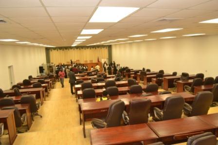 Le Parlement est vide, les élus-opposants dans les rues, les proches du pouvoir partis