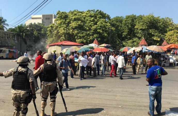 Sit-in devant l'ambassade de France contre l'ingérence étrangère