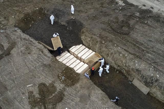 (New York) Des dizaines de corps de victimes du coronavirus non réclamés par des proches sont enterrés sur une île de New York, surnommée depuis longtemps « l'île des morts », selon plusieurs médias locaux vendredi.