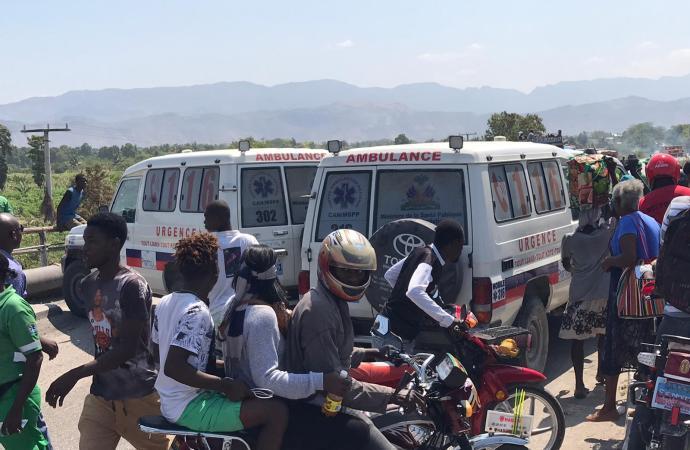 Gonaïves-arriérés de salaire: les employés contractuels du réseau d'ambulancier ont gagné les rues