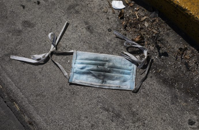 Les déchets de matériel médical contaminé s'accumulent
